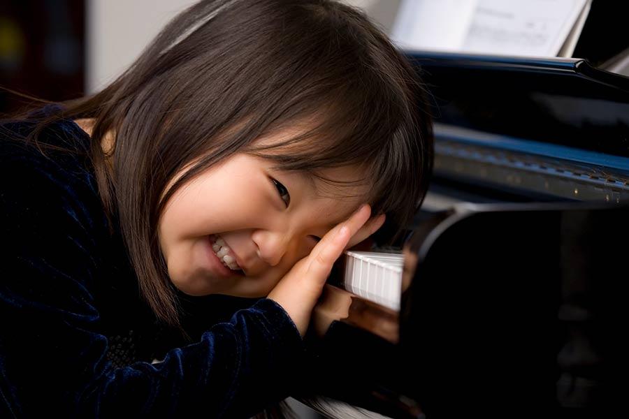 Child at the grand piano